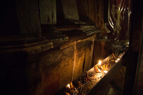 Il calore delle candele ha causato costanti stress termici ai marmi.