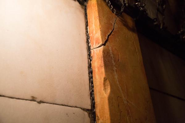 Una lastra di marmo spezzata.