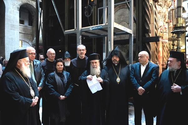 Le autorità religiose responsabili del Santo Sepolcro la mattina del 22 marzo davanti all'edicola del Santo Sepolcro circondata dai ponteggi per il simbolico avvio dei lavori. (foto Nadim Asfour/CTS)