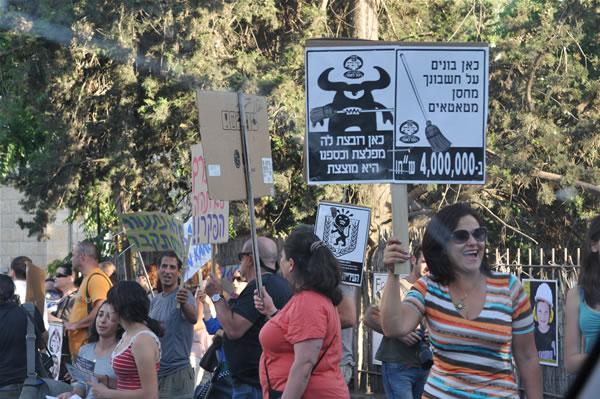 Un gruppo di manifestanti contro le speculazioni edilizie ad Ain Karem (fotogallery di F. Tagliabue - 1/3)