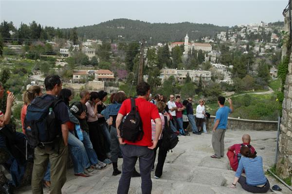 Una comitiva in visita al villaggio.
