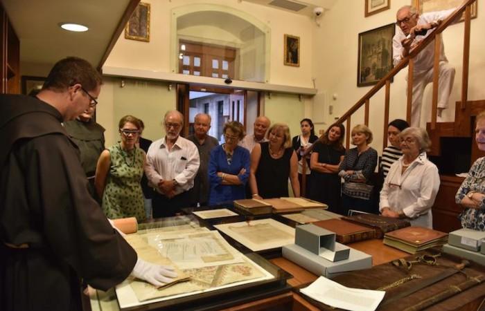 I membri del comitato scientifico esplorano i tesori della Custodia di Terra Santa. Qui sono nell'archivio custodiale.