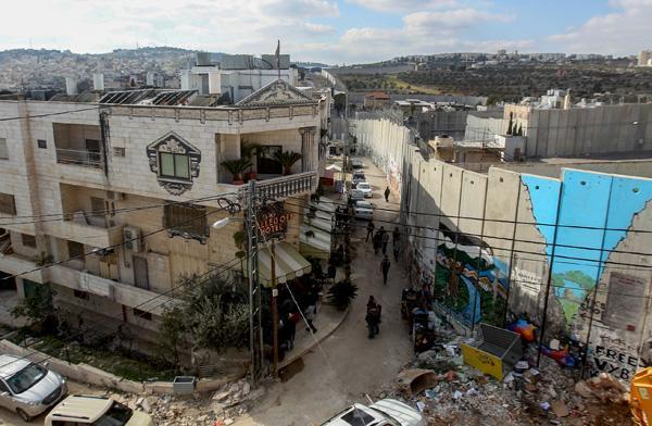 Palestinesi perplessi per l'hotel di Banksy a Betlemme