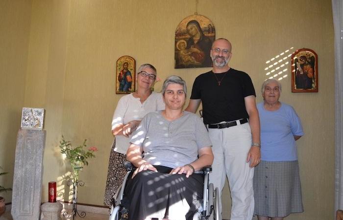 Don Morlacchi con alcune consacrate della Casa Mater Misericordiae.