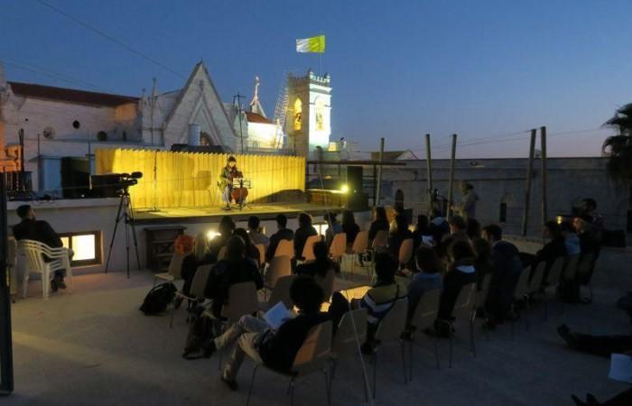 Sulla terrazza di Al Ma'mal un concerto della violoncellista Lucia D'Anna nell'aprile 2017. (foto Jamil Freij / Al Ma'mal)