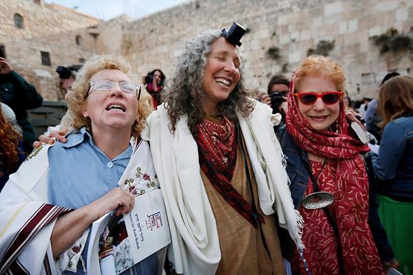 Alcune attiviste del movimento Donne del Muro sullo spiazzo antistante il Muro Occidentale a Gerusalemme (foto: Miriam Alster/Flash90) [1/4]