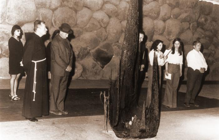 Aprile 1974, padre Rufino Niccacci sosta nel memoriale dell'Olocausto, a Gerusalemme, durante la cerimonia di consegna del riconoscimento di «Giusto fra le nazioni». [fotogallery 1/9]