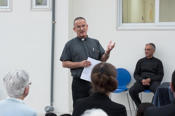 Al centro della foto, il padre gesuita David Neuhaus (foto Nizar Halloun/TSM)
