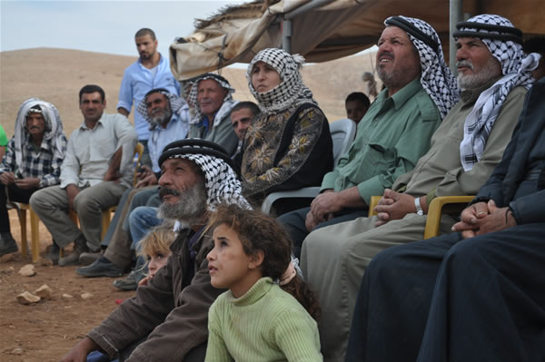 Il pubblico del villaggio palestinese di Al-Hadidiya assiste a una rappresentazione della compagnia del <i>Freedom Bus.</i> (fotogallery 1/2)
