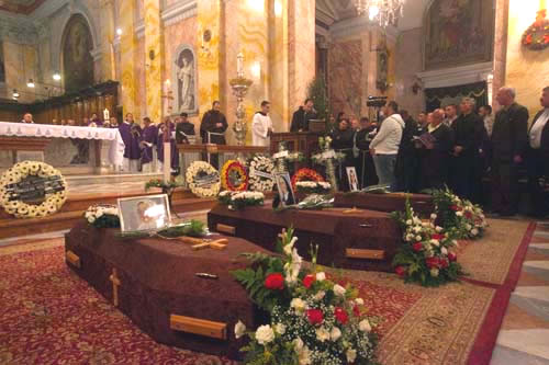 Le tre bare delle suore morte la vigilia di Natale in Israele sono deposte davanti all'altare della chiesa di San Salvatore a Gerusalemme. (foto Cts/Mab) [1/5]