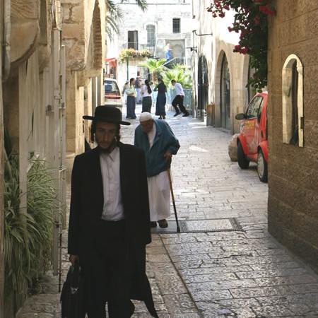 Passanti in una via del quartiere ebraico entro le mura della Gerusalemme vecchia. (foto M. Gottardo) [fotogallery 1/5]