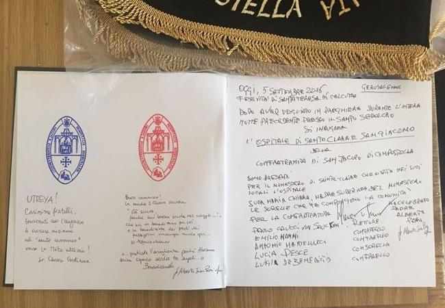 Le prime pagine del registro che raccoglie i messaggi dei pellegrini, immancabile in ogni ospitale.