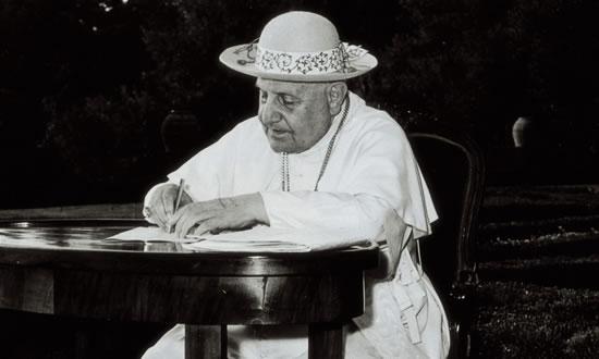 Il Papa all'aria aperta alle prese con un carteggio.