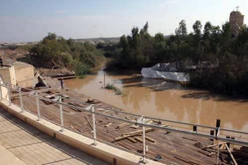 I lavori in corso sulla sponda occidentale del fiume Giordano, nel punto in cui si commemora il battesimo di Gesù.