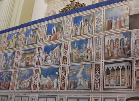 Uno dei pannelli della mostra riproduce la parete nord della Cappella degli Scrovegni.