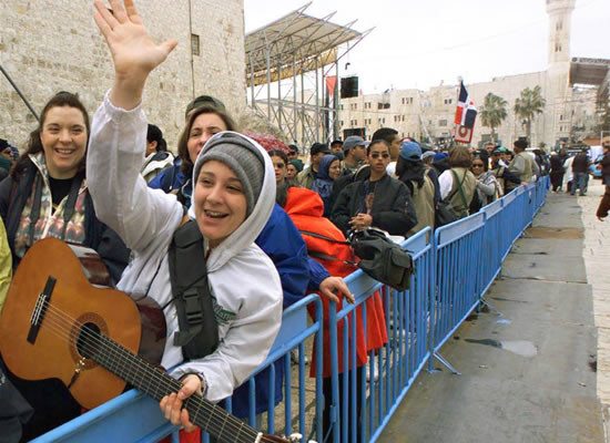 Territori palestinesi. Un gruppo di giovani pellegrini a Betlemme.