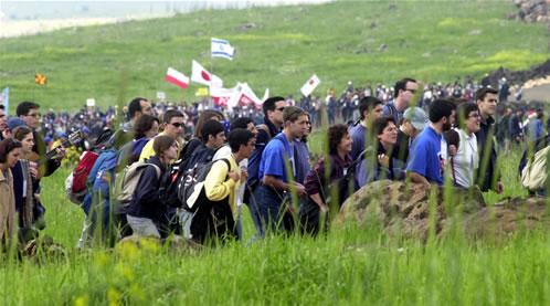 Galilea (Israele), 24 marzo 2000. I giovani si dirigono al Monte delle Beatitudini per la Messa con Giovanni Paolo II.