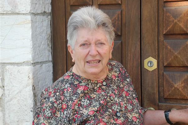 La signora Graziella Viterbi, sulla porta della casa in cui alloggiò con la sua famiglia a Borgo Aretino, entro le mura di Assisi. [fotogallery 1/2]