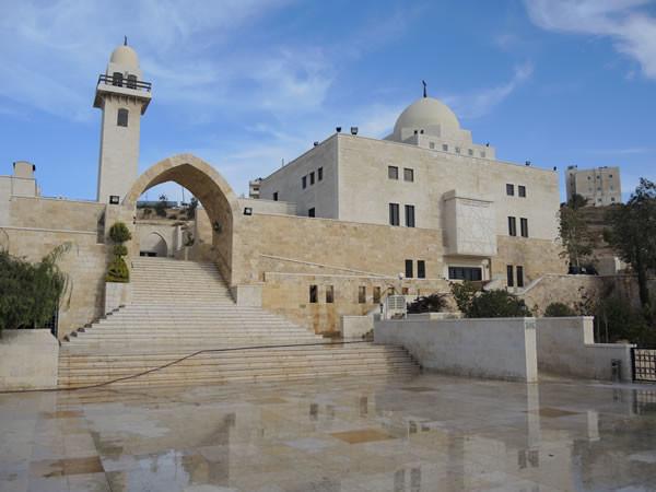 La moderna moschea che dal 2006 sorge accanto alla Grotta dei Sette dormienti, nei sobborghi di Amman, la capitale giordana. (foto 1/6)