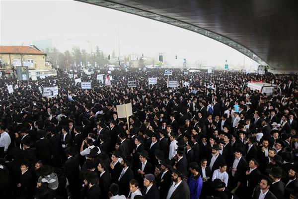 Gerusalemme, imponente raduno di ebrei ultraortodossi contro gli obblighi di leva