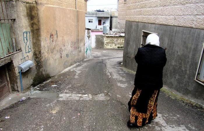 La signora Zghari per le stradine del campo profughi.