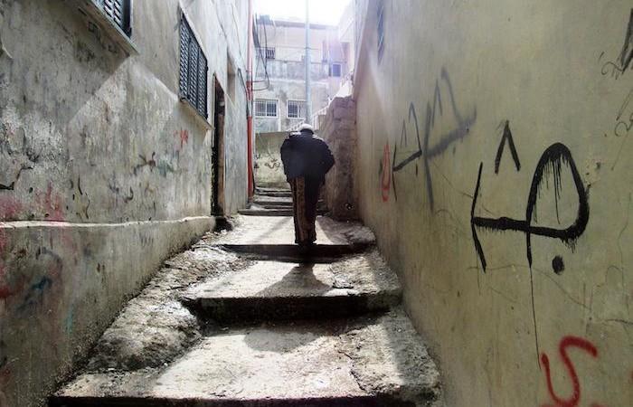 I passi solitari di un anziano.