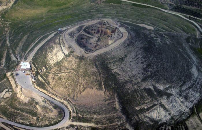 Veduta aerea dell'Herodion, la fortezza di Erode il Grande non lontana da Betlemme (foto Wikicommons)