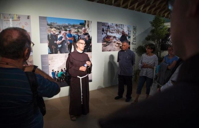 Padre Francesco Ielpo spiega ai visitatori la Custodia di Terra Santa. (foto Meeting Rimini)