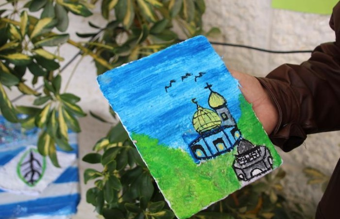 Un campanile e una moschea nel dipinto di una studentessa della scuola di Dar Salah a Betlemme (foto Pmp)