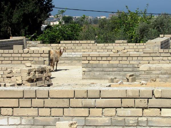Nell'asilo del villaggio di Umm al Nasser, invece, i lavori sono fermi...