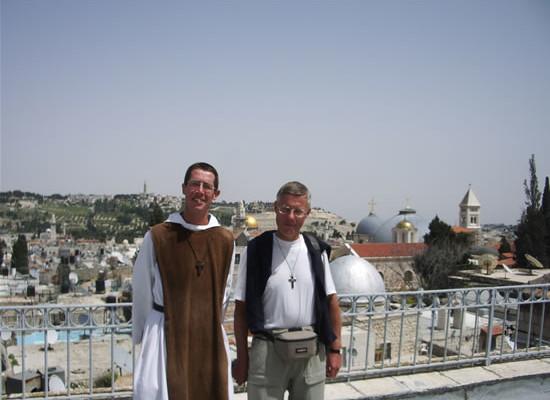 Gerusalemme, finalmente. Alle spalle di Dominique e Jean-Philippe, che ha rivestito i suoi abiti monastici, le cupole grige della basilica del Santo Sepolcro.