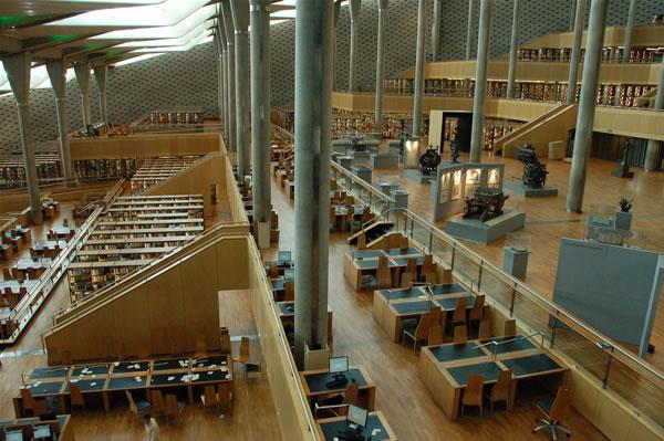 Una panoramica degli ampi interni della nuova <i>Biblioteca Alexandrina</i>, in Egitto. (foto G. Caffulli) [1/2]