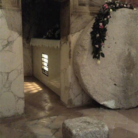 All'interno della piccola edicola è stata riprodotta anche la pietra circolare che chiudeva la tomba.