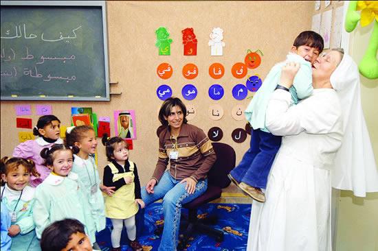 Una suora dorotea con alcuni allievi e un'insegnante dell'Istituto Effatà.