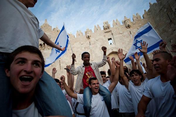 Giovani israeliani manifestano davanti alla Porta di Damasco a Gerusalemme Est. (foto Y. Sindel/Flash90) [clicca sulla foto per guardare la galleria - 1/4]