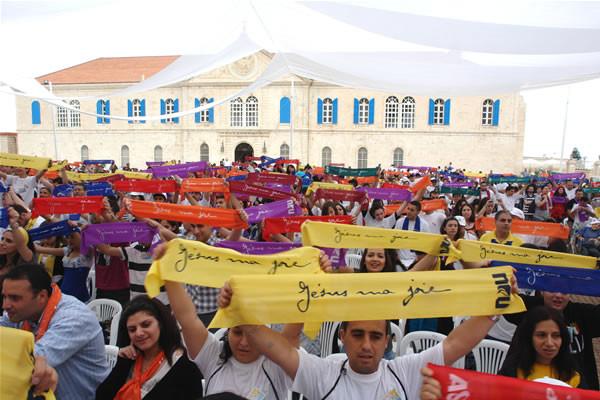 Una foto panoramica dei giovani che hanno partecipato ieri all'incontro presso il patriarcato maronita a Bkerke (sullo sfondo). [1/2]