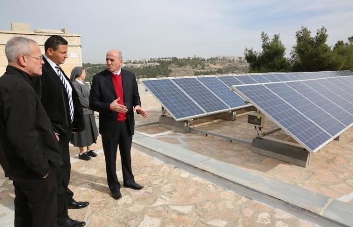 Joseph Hazboun visita l'impianto fotovoltaico della scuola delle suore salesiane di Cremisan (foto Pmp)