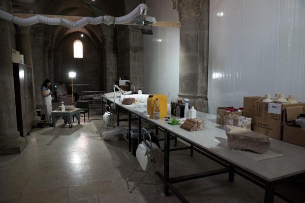 Il laboratorio installato nella galleria dei francescani. Il materiale vi giunge con un montacarichi.  (© foto Nadim Asfour/TSM)