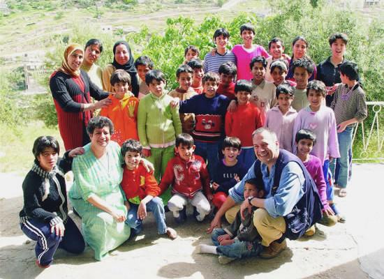 Samar Sahaar tra un gruppo di giovani amici.