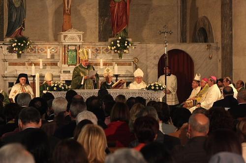 Nicosia, 15 ottobre 2008. Nella chiesa francescana della Santa Croce, Messa vespertina cattolica presieduta dal  card. Leonardo Sandri alla presenza dell'arcivescovo greco-ortodosso di Cipro, Chrysostomos II. (foto Sant'Egidio)