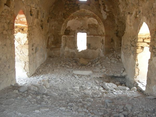 Chiesa semidistrutta lasciata in stato di abbandono.