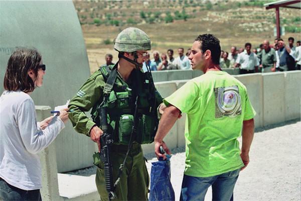 Donne israeliane sentinelle di giustizia ai <i>check-point</i>