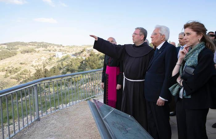 Fra Patton  descrive il panorama dal Nebo al presidente Mattarella e alla figlia Laura. (foto Quirinale.it)