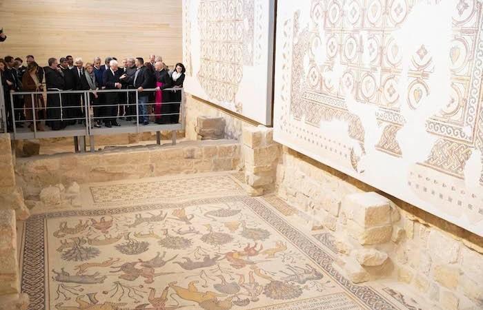 All'interno della basilica del Nebo la delegazione presidenziale ammira i mosaici. (foto Quirinale.it)