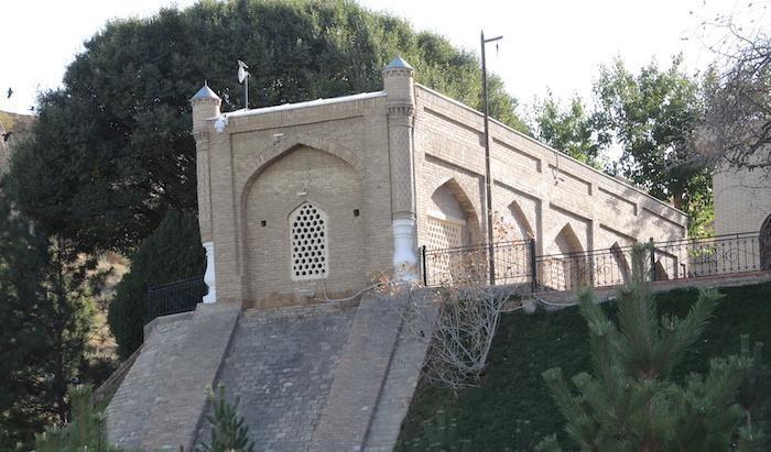 Il mausoleo in primo piano. Sulla destra è visibile il palo ligneo da cui pende il crine di cavallo. (foto G. Sandionigi)