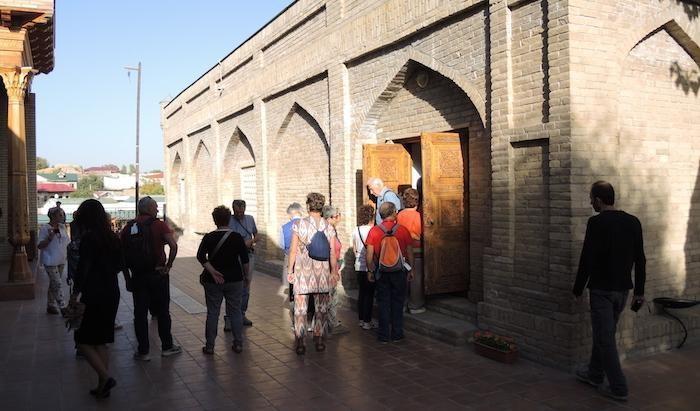 Il santuario è meta di turisti e pellegrini locali...