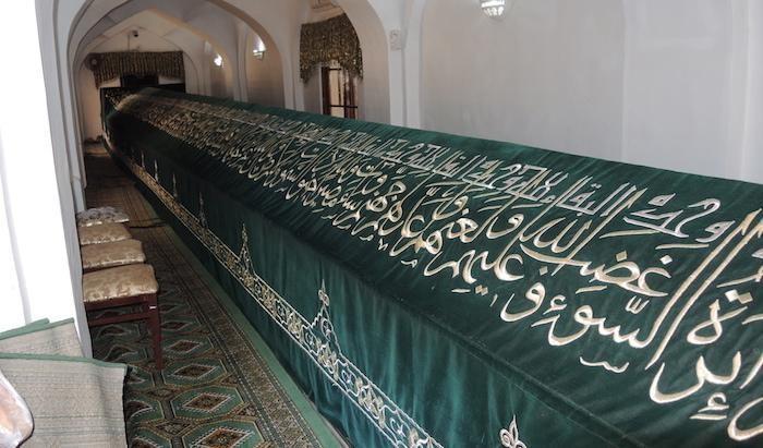 La tomba del profeta Daniele, lunga 18 metri e ricoperta da un drappo finemente decorato. (foto G. Sandionigi)