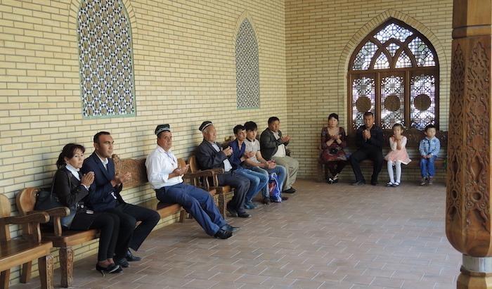 ... questi ultimi si soffermano in preghiera nella piccola moschea costruita accanto all'edificio che custodisce la tomba.