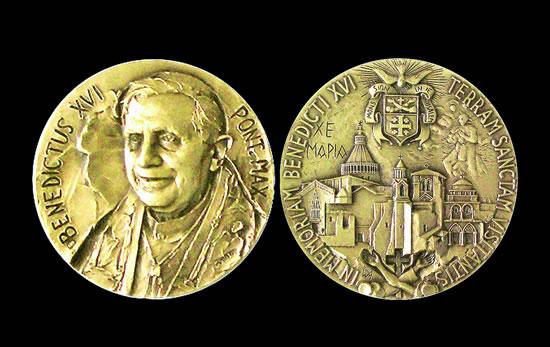 La medaglia che la Custodia di Terra Santa consegnerà al Papa a Nazaret in ricordo del suo pellegrinaggio.