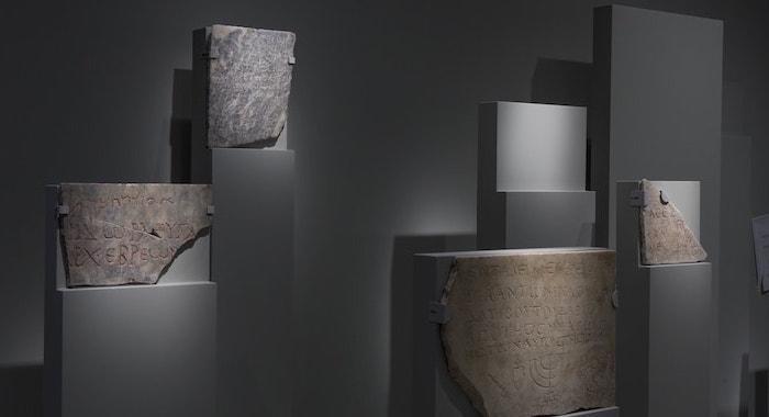 Una sala allestita con l'esposizione di epigrafi. (foto Marco Caselli Nirmal)